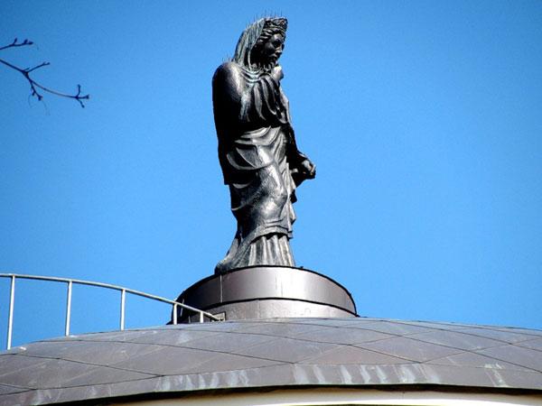 Фигура геркуланянки венчает дворец Дурасова в усадьбе Люблино