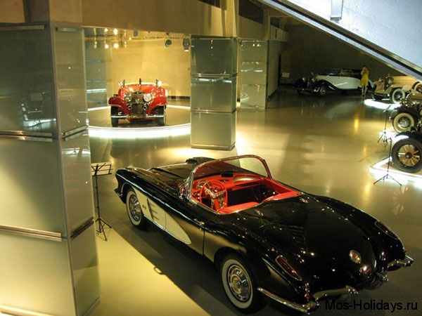 В музее ретро автомобилей Автовилль