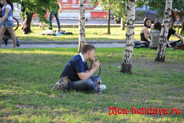 Парень с кальяном на Болотной площади