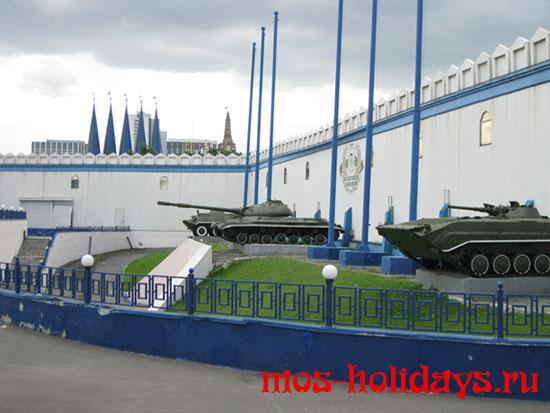 Возле входа в бункер Сталина стоят три танка