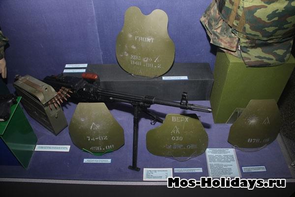 Защитные экраны бронежилетов со следами от пуль.