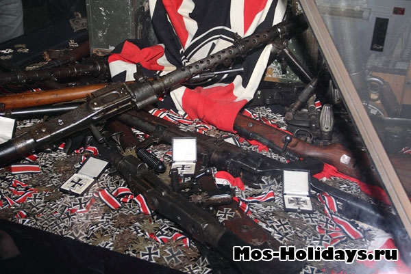 Стол с трофейным оружием и наградами