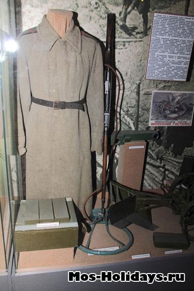 Одежда сапёров и миноискатель, одетый на винтовку Мосина. Центральный музей вооружённых сил.