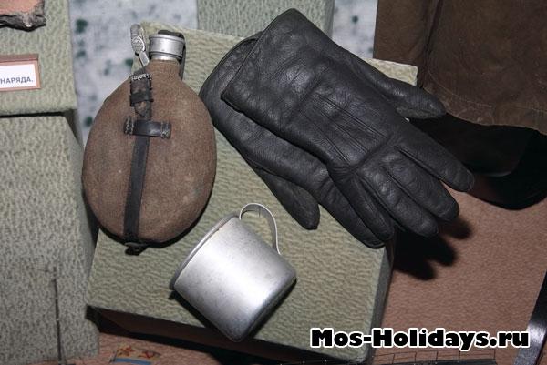 Фляга, стакан и перчатки. Центральный музей вооружённых сил.