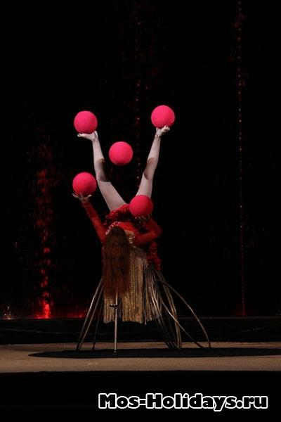 Жонглирует ногами, цирк Варьете