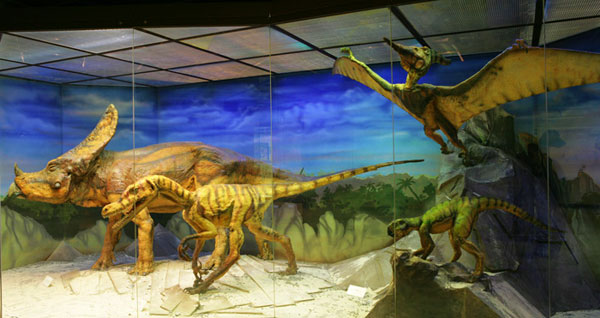 Динозавр на третьем этаже музея Дарвина