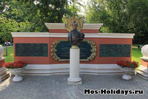 Памятник Суворову в Екатерининском парке