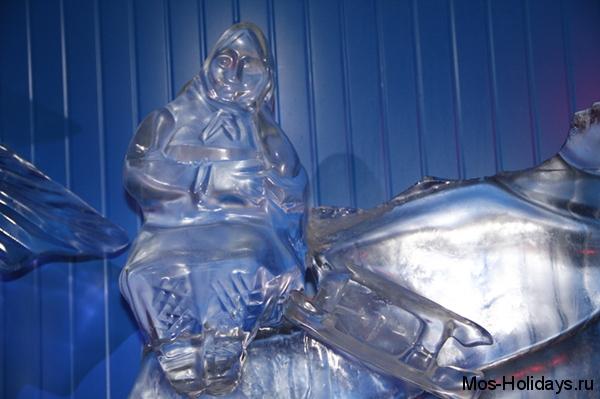 Ледяная скульптура бабки с разбитым корытом на выставке на Красной Пресне