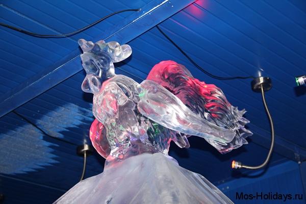 Ледяная скульптура золотого петушка в парке Красная Пресня