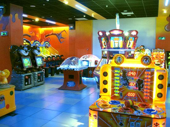 Игровые автоматы в парке аттракционов Happylon
