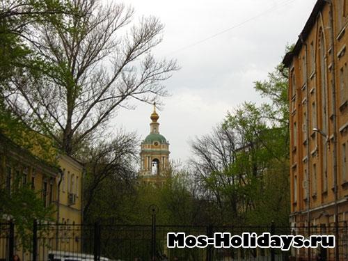 Колокольня Новоспасского монастыря хорошо видна с Крутицкого подворья