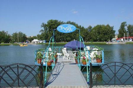 Уютное летнее кафе на берегу Белого озера