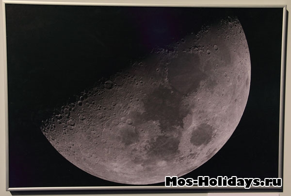 Фотография Луны в Московском планетарии.