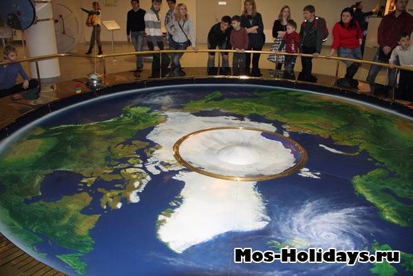 В планетарии в Москве.