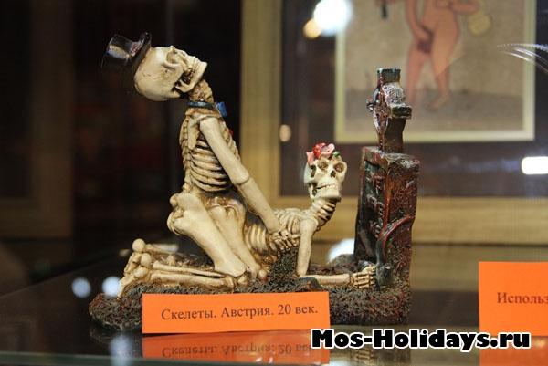 Фигуры скелетов из музея эротического искусства на Новом Арбате