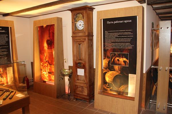 Напольные часы из департамента Шаранта, стрелки которых всегда показывают время региона Коньяка.