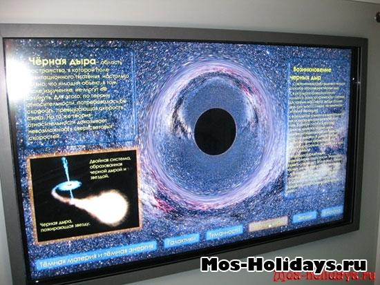 Сенсорный монитор с информацией о планетах, галактиках и т.д.