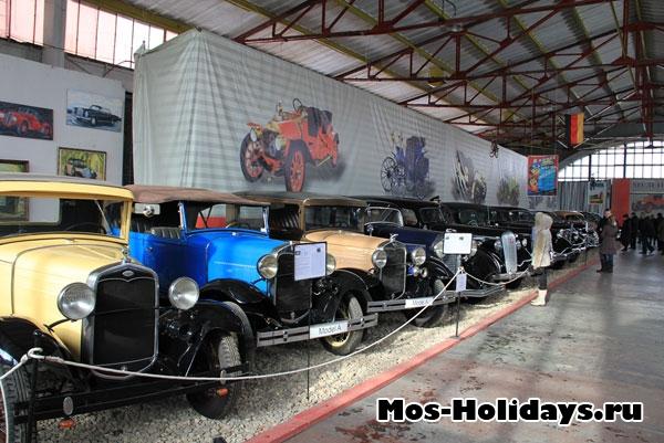 Первый зал музея с зарубежными ретро автомобилями