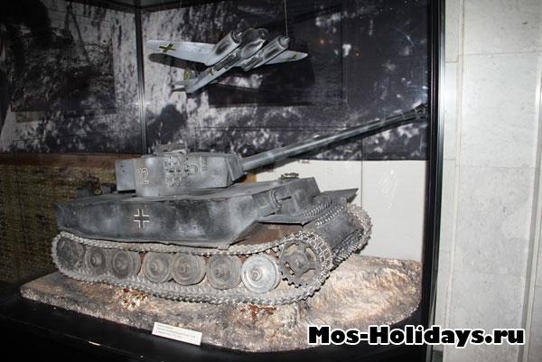 Макеты самолета Юнкерс Ju-88 и тяжелого танка Т-VII «Тигр»