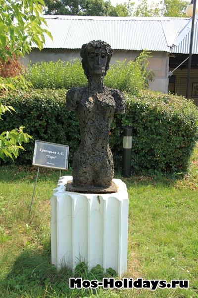 Скульптура Торс в парке Музеон