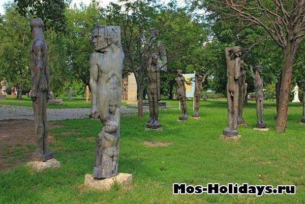 Деревянные скульптуры в парке Музеон