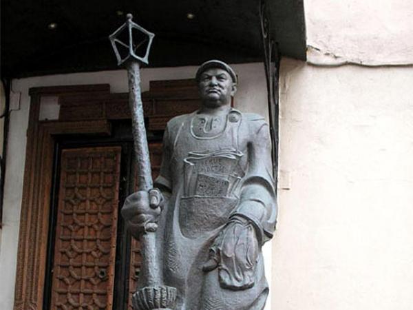 Памятник Лужкову-дворнику