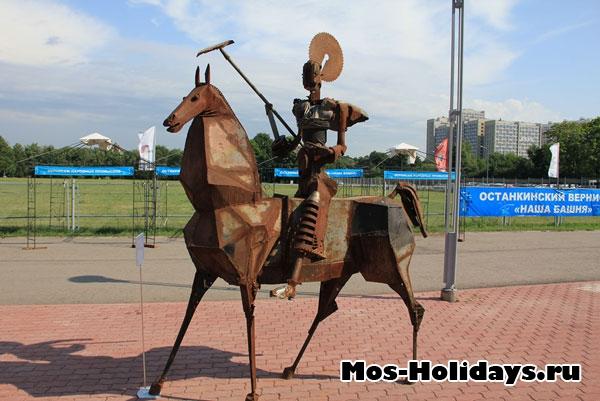 Скульптура на территории телебашни