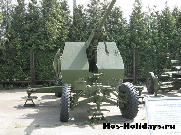 Пушка в музее военной техники в Парке Победы