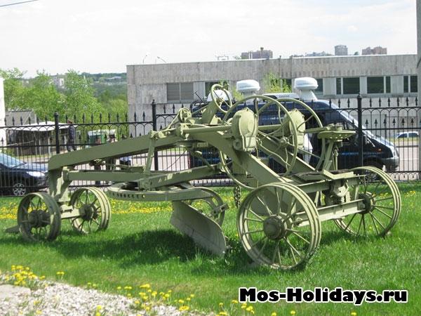 Чистилка снега в музее военной техники в Парке Победы