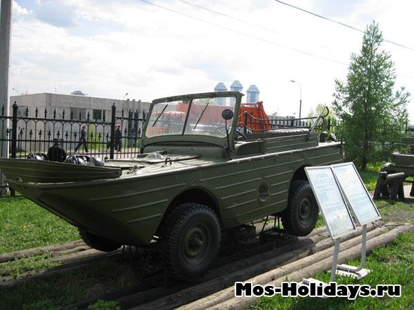 Водоплавающая машина в музее военной техники в Парке Победы