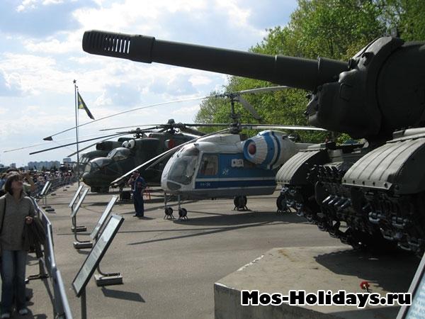 Вертолеты в музее военной техники в Парке Победы