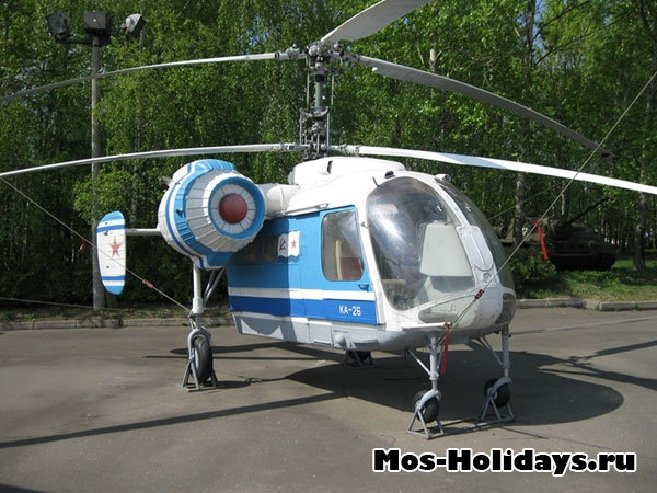Вертолет в музее военной техники в Парке Победы