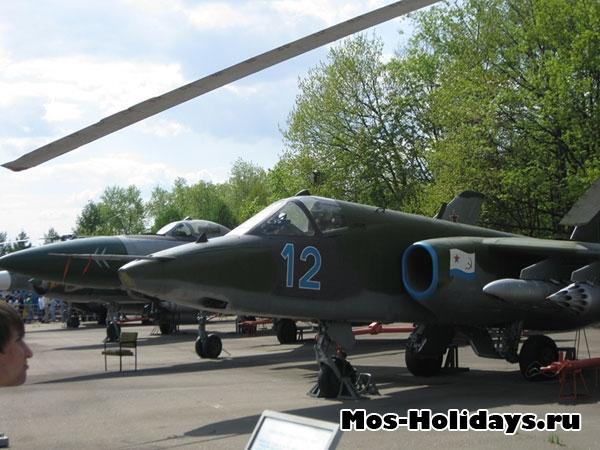 Самолеты в музее военной техники в Парке Победы
