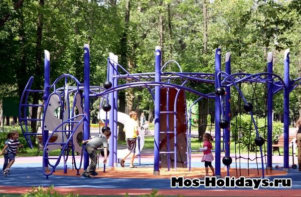 Детские аттракционы в парке Перово