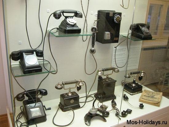 Первые телефоны с заводной ручкой и диском в Политехническом музее Москвы