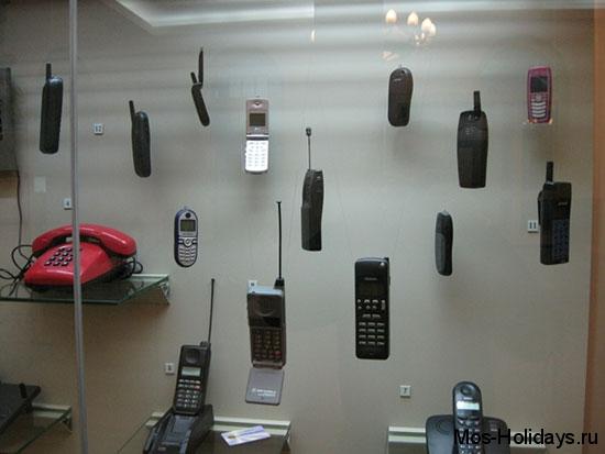 Первые модели простих радио и мобильных телефонов в Политехническом музее