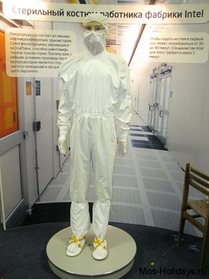 Стерильный костюм сотрудника компании Intel в Политехническом музее Москвы