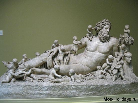 Статуя египетского божества, олицетворяющего реку Нил