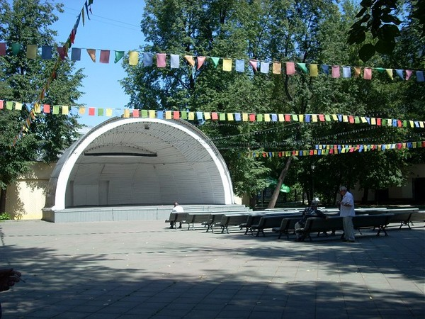 Сцена в саду имени Баумана