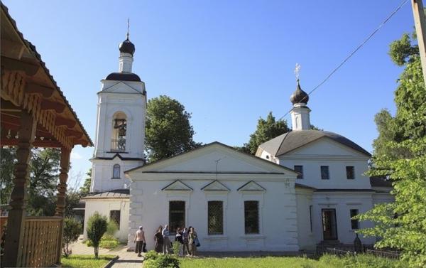 Фасад усадьбы в Середниково