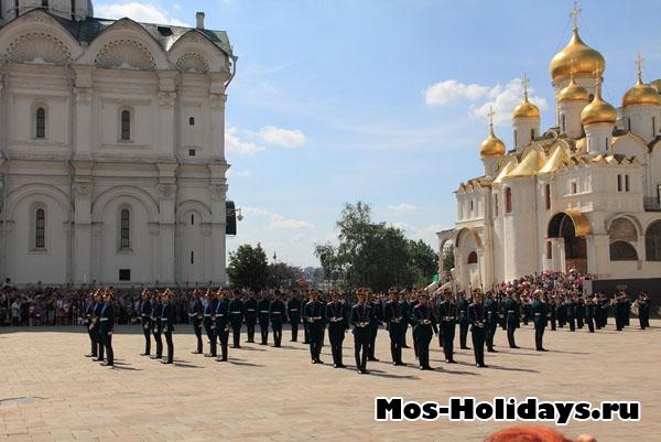 Церемония развода караулов на Соборной площади Кремля