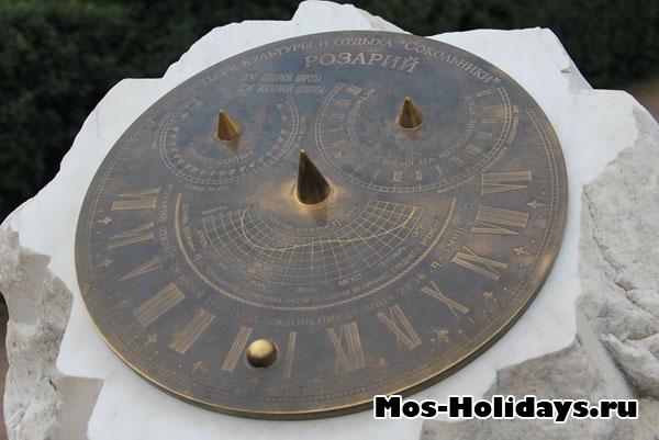 Солнечные часы в большом розарии в Сокольниках