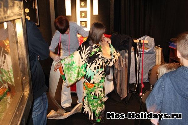 Девушка надевает кимоно на выставке самураев в Москве