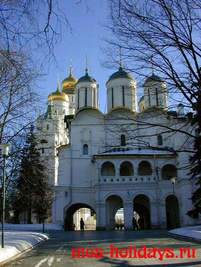 Патриарший дворец и церковь Двенадцати апостолов на территории московского Кремля