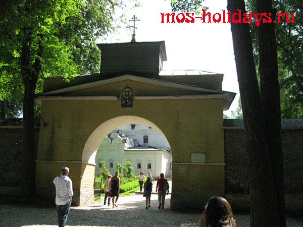Вход в храм архангела Михаила в усадьбе Архангельское
