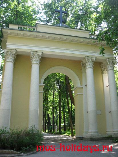 Арка Святые ворота в усадьбе Архангельское