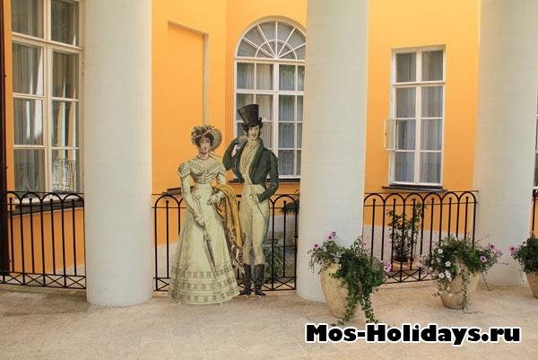 Перед входом в усадьбу стоят фигуры дамы с кавалером