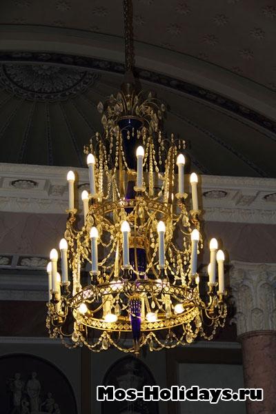 Люстра в колонном зале усадьбы Люблино