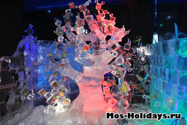 Ледяное фруктовое дерево на выставке ледяных фигур в Сокольниках