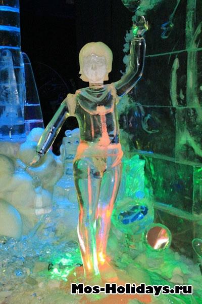 Статуя Алисы на выставке ледяных фигур в Сокольниках